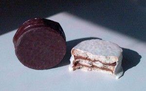 Alfajores triples de chocolate y chocolate blanco